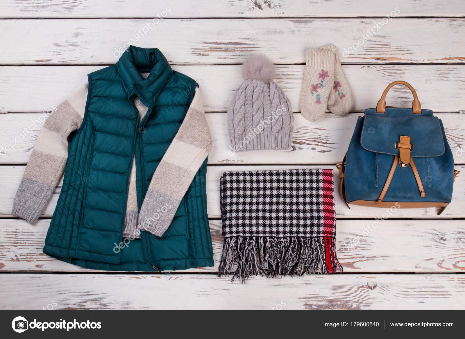 2037fff4205e Χειμωνιάτικα ρούχα και δερμάτινο σακίδιο — Φωτογραφία Αρχείου ...