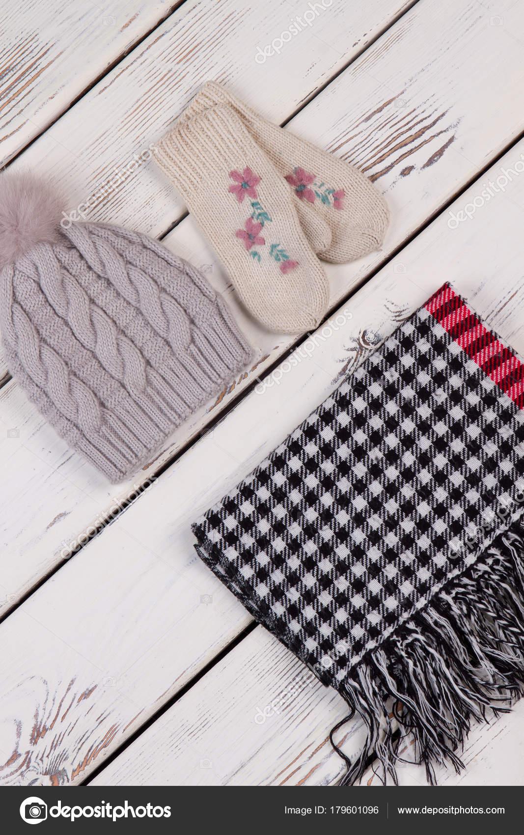 Hecho a mano sombrero y bufanda de cuadros — Foto de stock ...