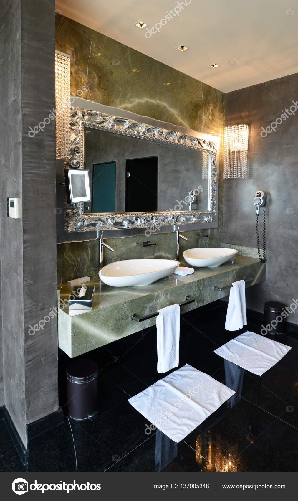 Moderne Luxus-Badezimmer — Stockfoto © vision.si #137005348