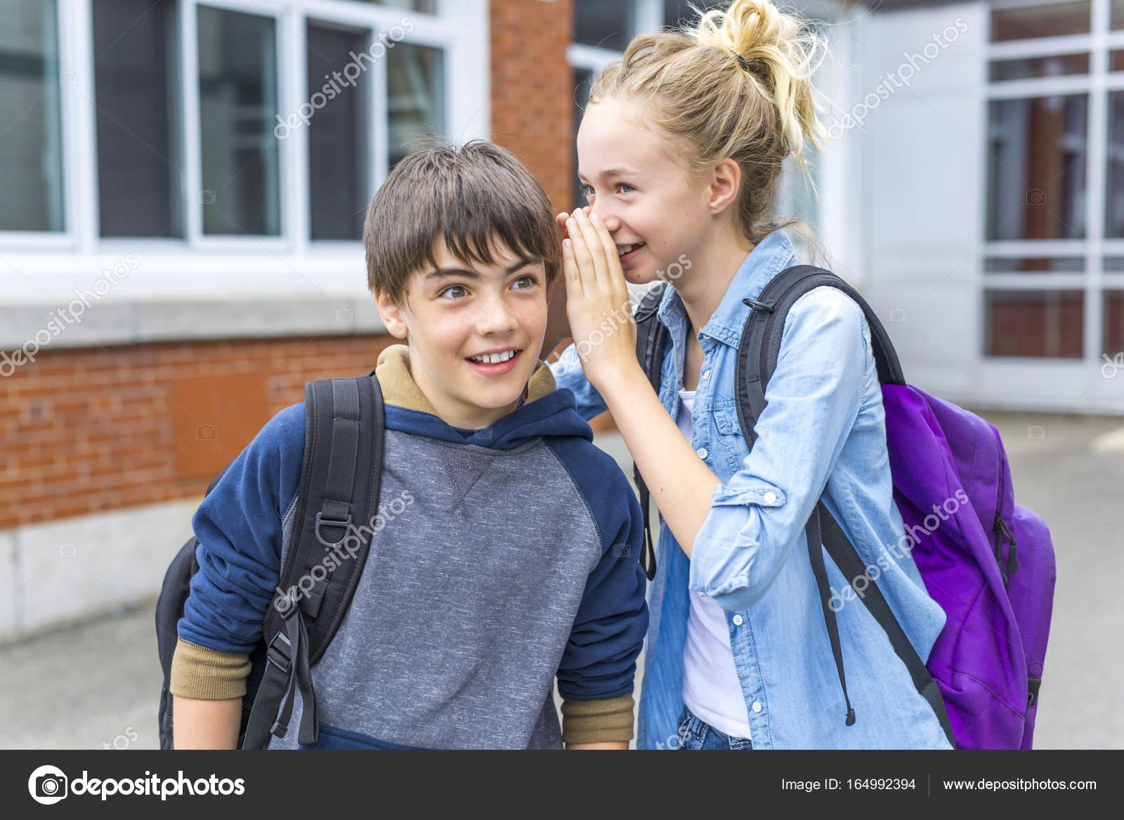 f22c8380c69 Ένα πορτρέτο του σχολείου 10 ετών αγόρι και κορίτσι Διασκεδάζοντας έξω — Εικόνα  από ...