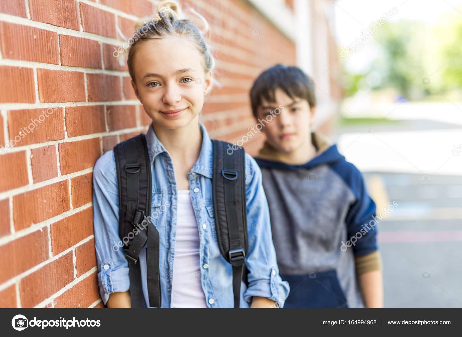 3a3ddb4f758 Ένα πορτρέτο του σχολείου 10 ετών αγόρι και κορίτσι Διασκεδάζοντας έξω — Εικόνα  από ...