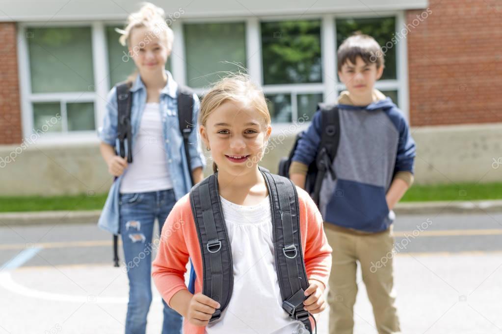 5df62c6c3cb Πορτρέτο της Σχολής 10 ετών αγόρι και κορίτσι Διασκεδάζοντας έξω —  Φωτογραφία Αρχείου © Lopolo #164992084