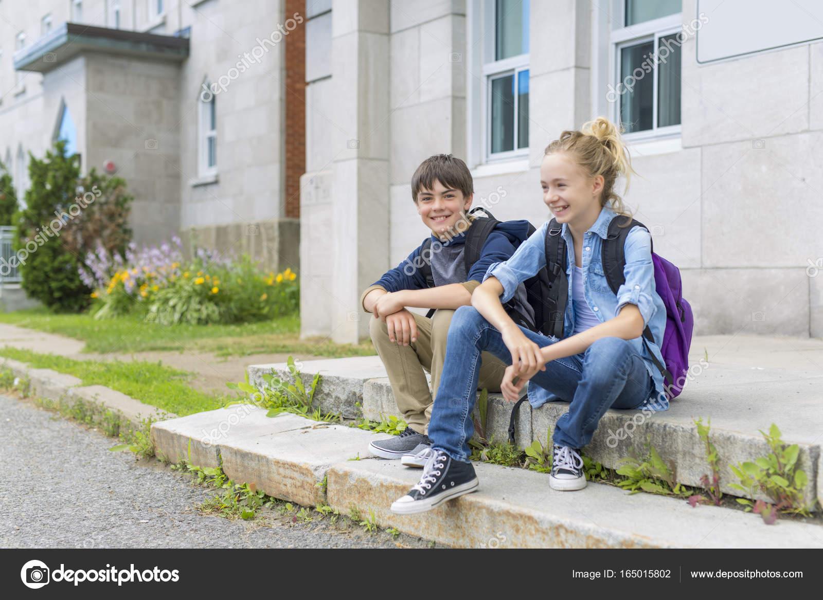 3c97284a1f4 Ένα πορτρέτο του σχολείου 10 ετών αγόρι και κορίτσι Διασκεδάζοντας έξω — Εικόνα  από Lopolo
