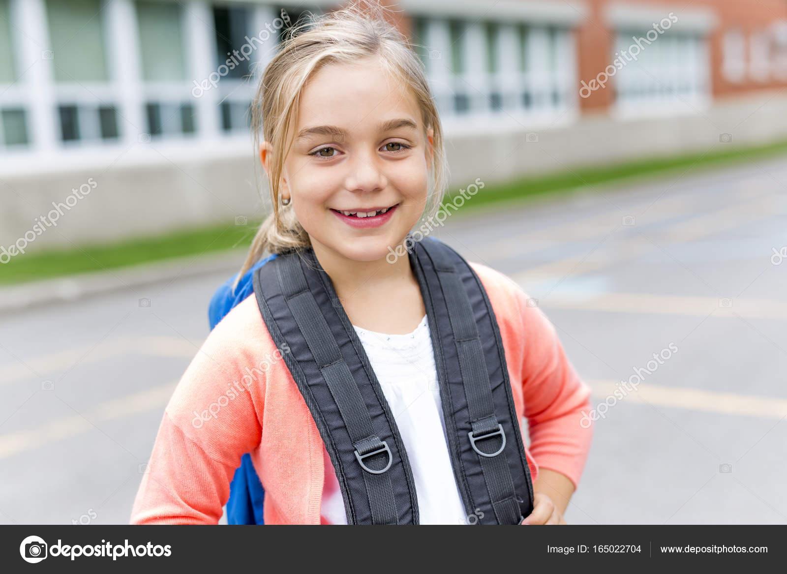 c71d2ee3ace Ένα οκτώ χρόνια παλιό σχολείο κορίτσι κοντά τις αυλές των σχολείων — Εικόνα  από Lopolo