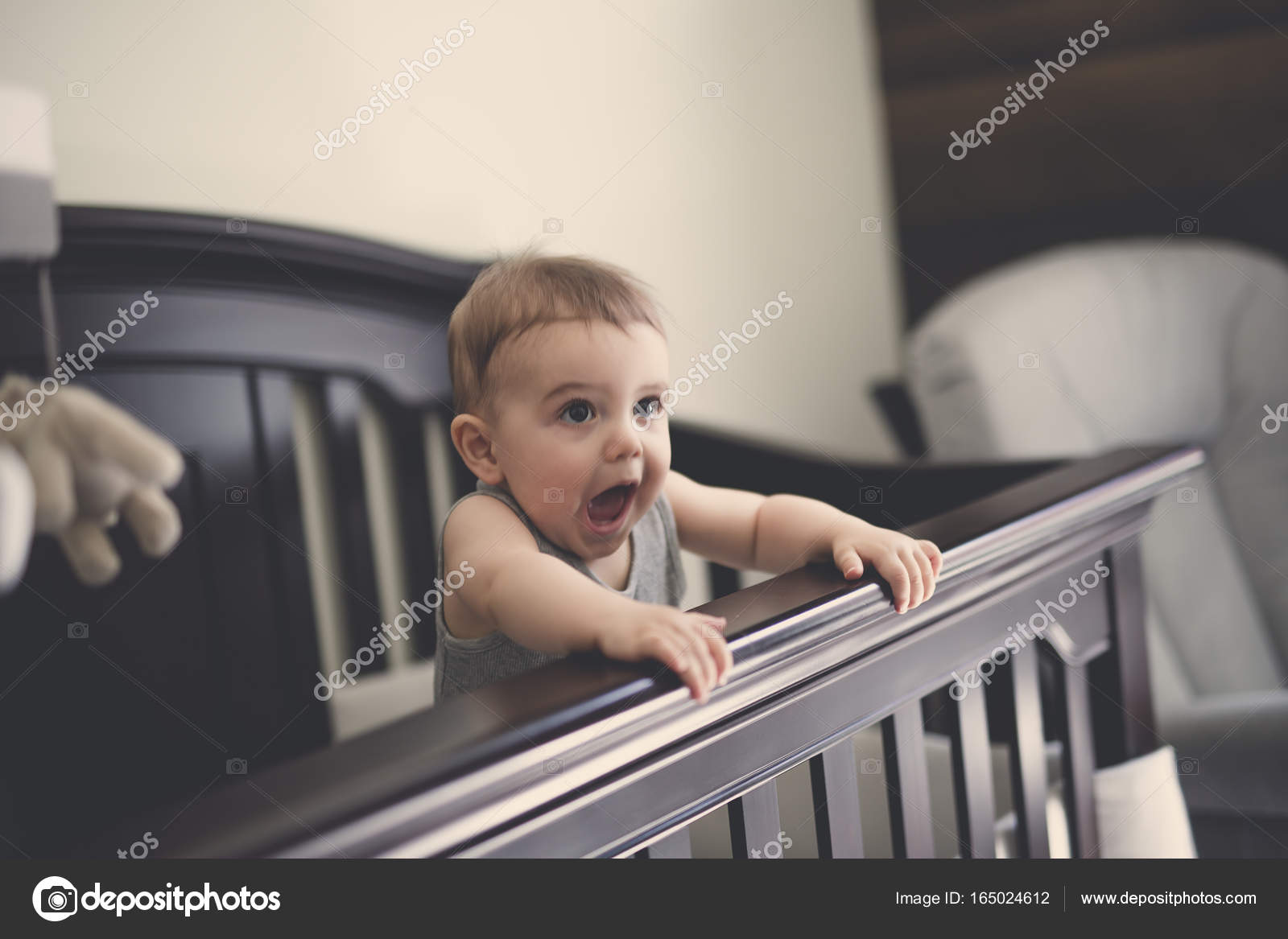 Peuter Bang Slaapkamer : Peuter baby in de wieg op de slaapkamer u stockfoto lopolo