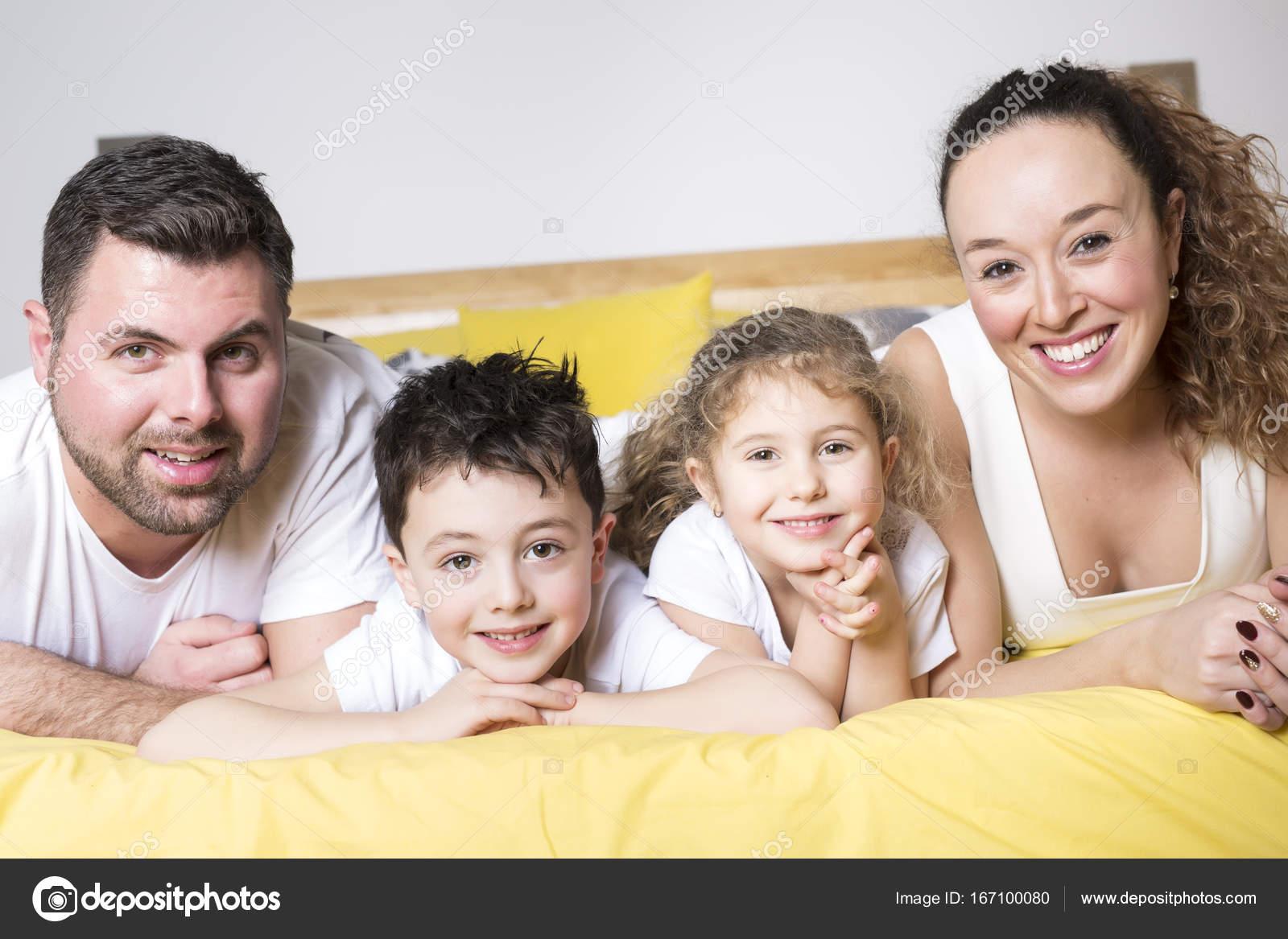 notion de famille enfants et maison famille heureuse avec deux enfants sous couverture la. Black Bedroom Furniture Sets. Home Design Ideas