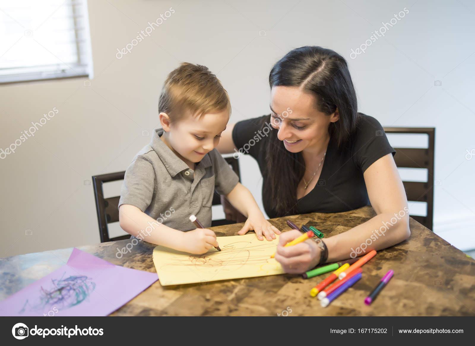 Kind Mit Seiner Mutter Am Tisch In Der Kuche Zu Hause Zeichnen