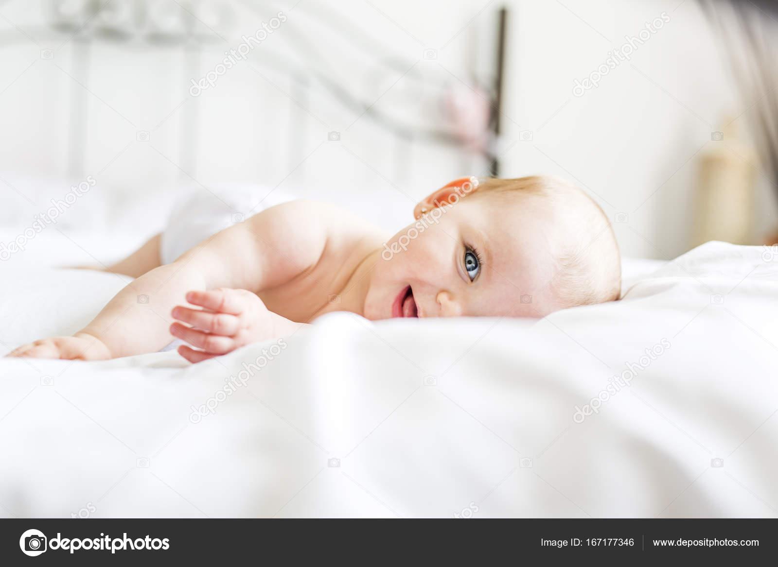 Belle petite fille en blanc literie à domicile — Photographie