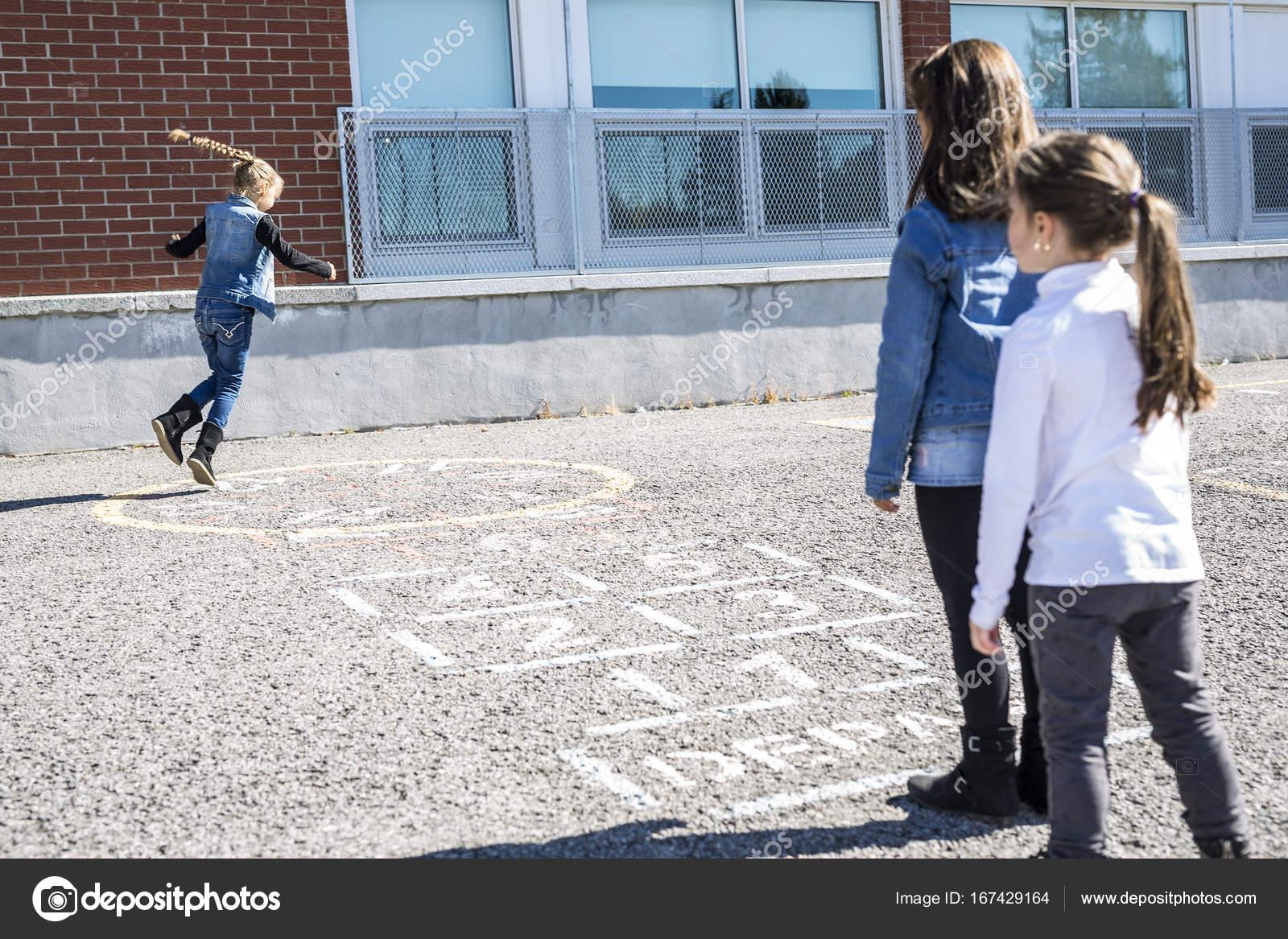 Due Sotto Il Divano.Due Sotto Il Divano Sul Cortile Della Scuola Con Gli Amici Giocare