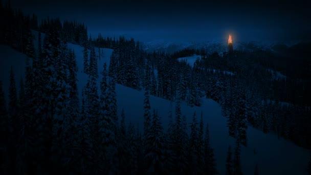 Beacon oheň v horách v noci
