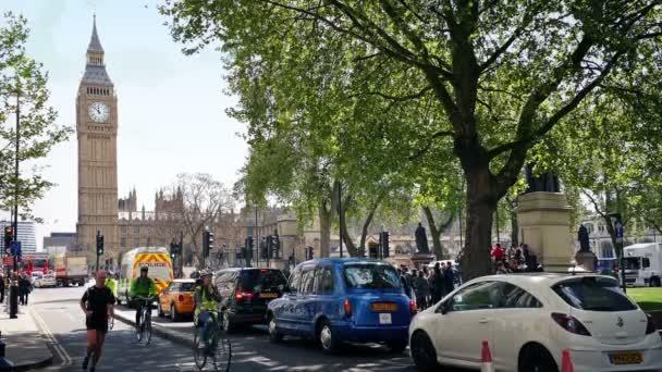 Road, Big Ben és a háza a Parlament közelében. London, Anglia, esetleg 2017