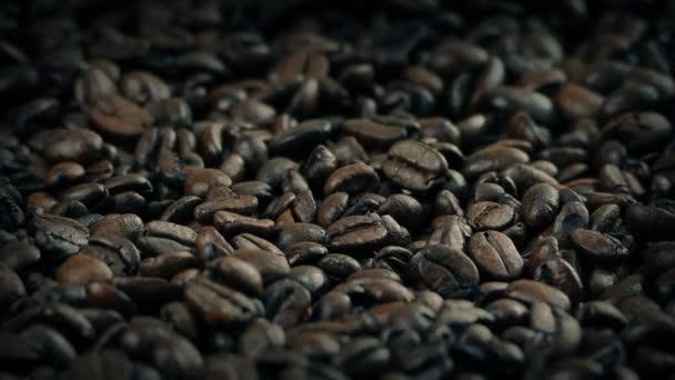 Geröstete Kaffeebohnen im Sack, die langsam rotierende