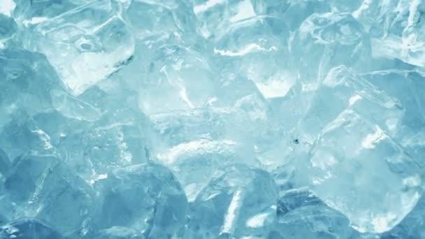 Eiswürfel rotieren in Nahaufnahme