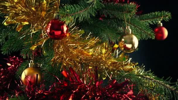 Předávání zdobené vánoční strom