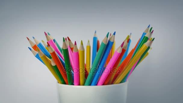 Mnoho barevných tužek rotační
