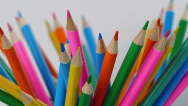 Spousta barevných tužek, rotační