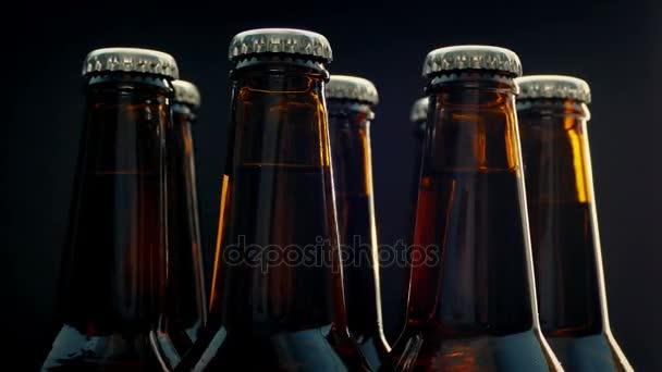 Pivní lahve rotace na černém pozadí