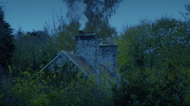 Dům v lese s kouřením komín