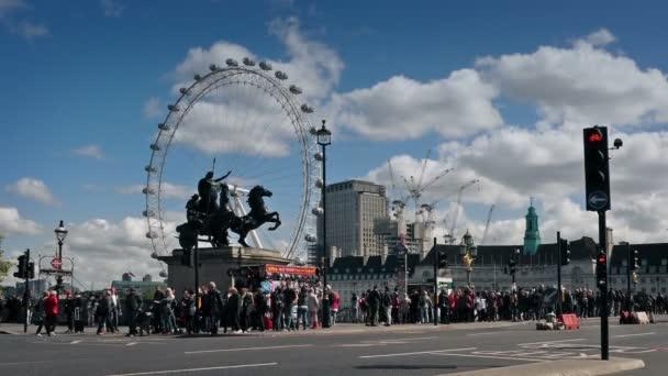 Westminster Bridge a London Eye ve dne. Londýn, Anglie, červenec 2017