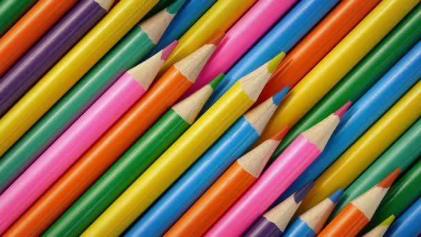 Hromadu barevných tužek, otáčel se pomalu