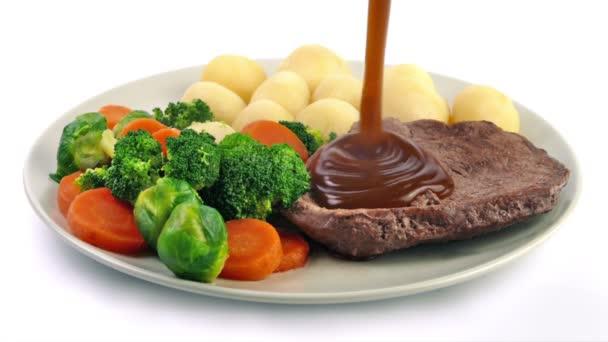 Mártással öntötte a marhahús, a burgonya és a zöldségek az étkezés