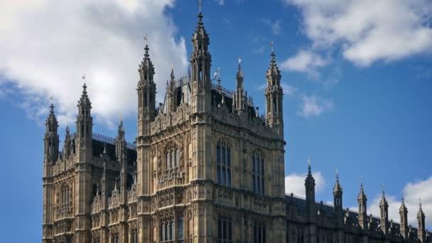 Häuser des Parlaments an sonnigem Tag