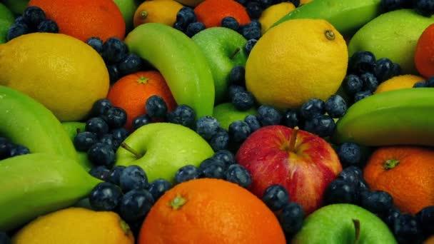 Jablka, pomeranče, citrony, banány a jahody uspořádání