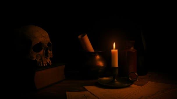 Kerze leuchtet Schreibtisch - historischer Kulisse