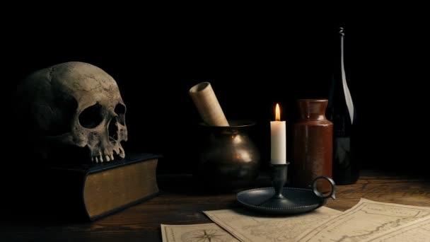 Kerze, Schädel und Karten auf Schreibtisch - historischer Kulisse