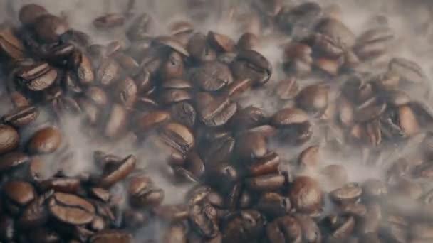 Dampf-Binsen über Kaffeebohnen