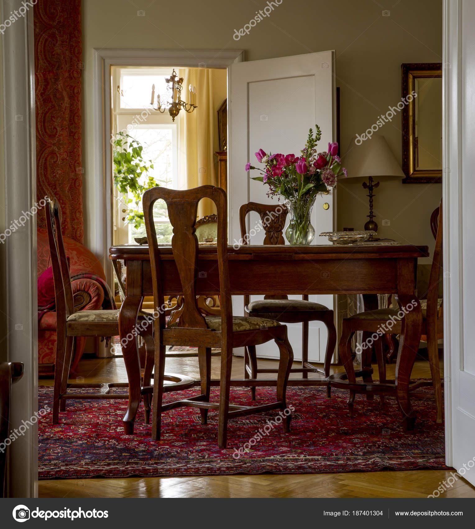 https://st3.depositphotos.com/3974695/18740/i/1600/depositphotos_187401304-stockafbeelding-ouderwetse-woonkamer-met-antieke-meubelen.jpg