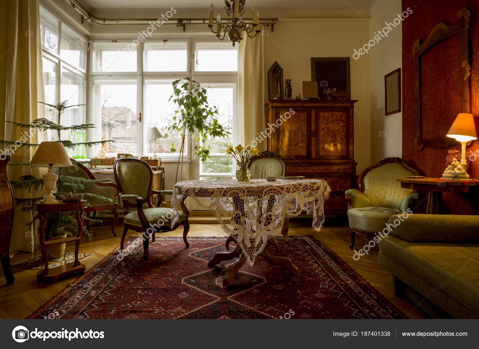 Ouderwetse woonkamer met antieke meubelen — Stockfoto © mikolajn ...