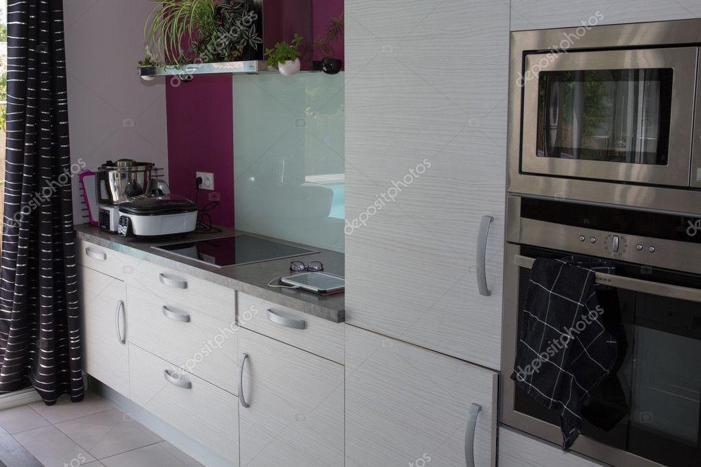 Intérieur de cuisine gris et blanc dans la nouvelle maison ...