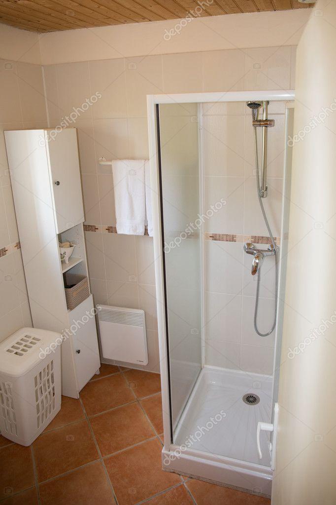 Salle de bains moderne avec des appareils en céramique ...