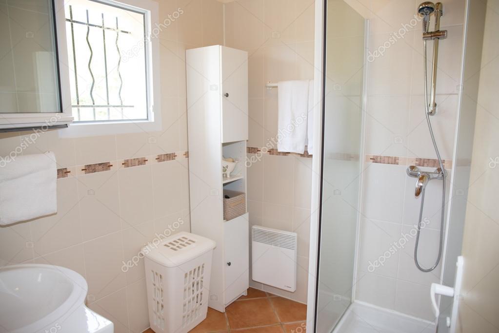 Moderno cuarto de ba o con artefactos de cer micas blancas for Artefactos para banos precios