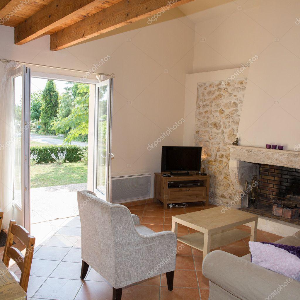 Gemütliche Und Schöne Helle Wohnzimmer Interieur Mit Kamin U2014 Foto Von  Sylv1rob1