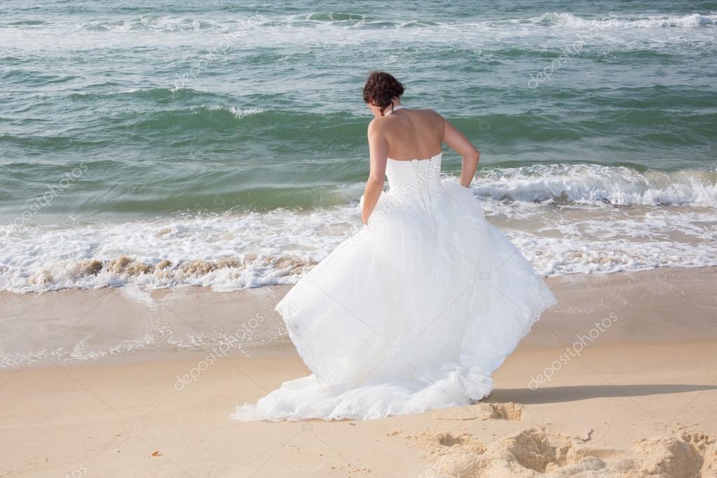 caminar a lo largo de la costa del mar hermosa boda vestido de novia