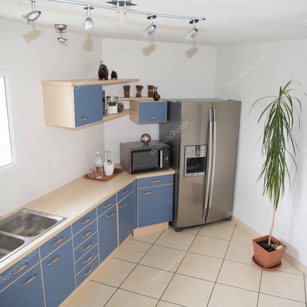 Moderne Küche Interieur mit einer blauen Dekoration — Stockfoto ...
