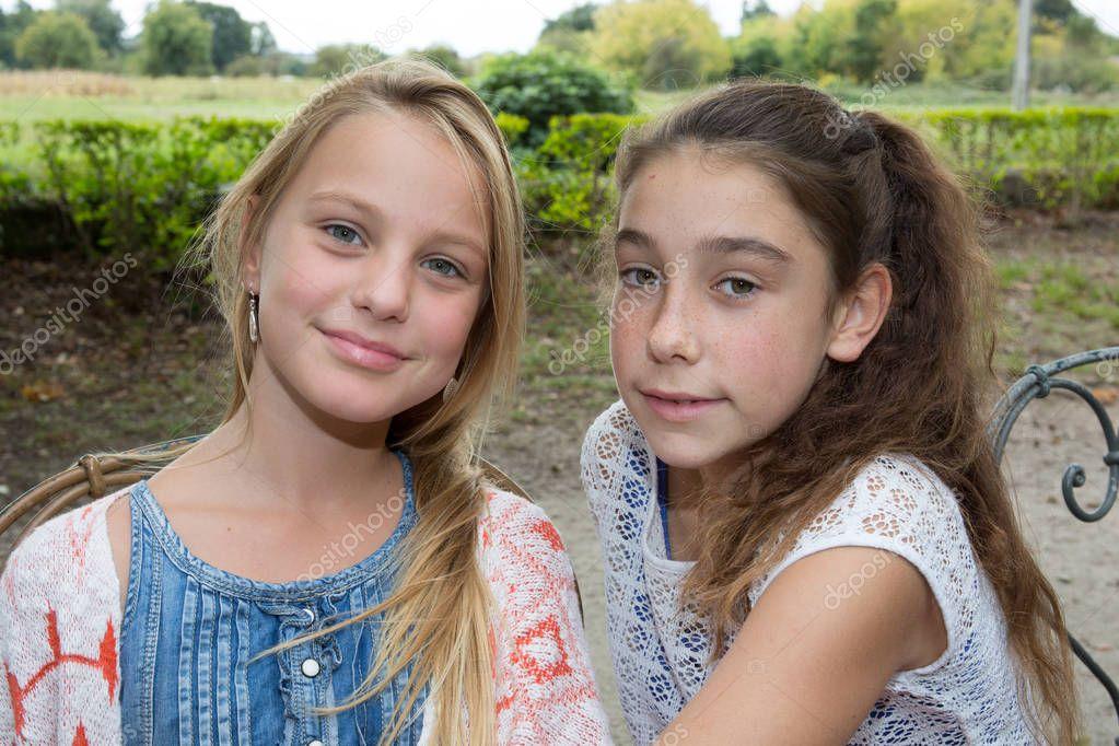 Zwei Mädchen im Park, groß und blond braune Haare Mädchen