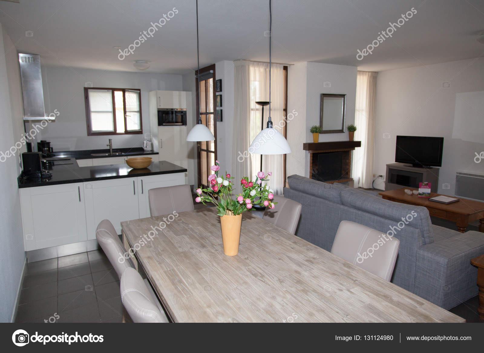 Modernes Haus: Blick auf helle, ungewöhnliche Wohnzimmer — Stockfoto ...