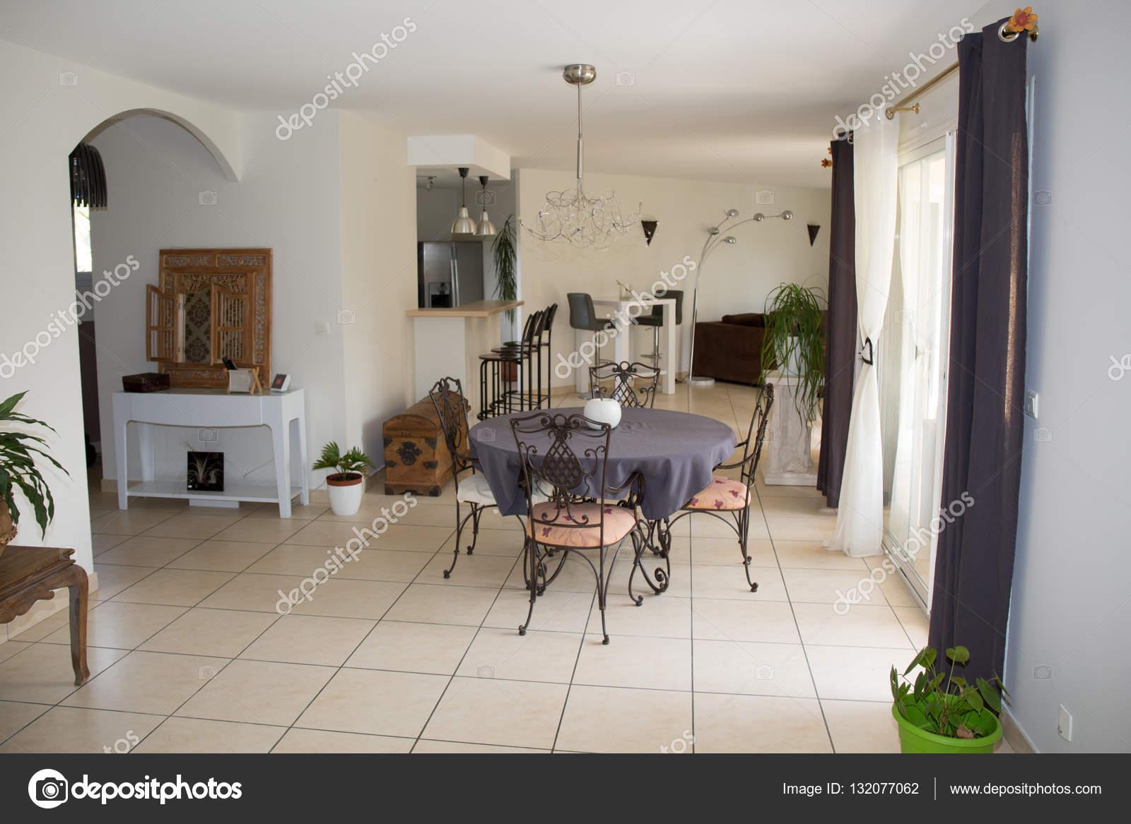 Wunderbar Moderne Wohnzimmer. Möbel Set Mit Tisch Und Stühlen U2014 Stockfoto