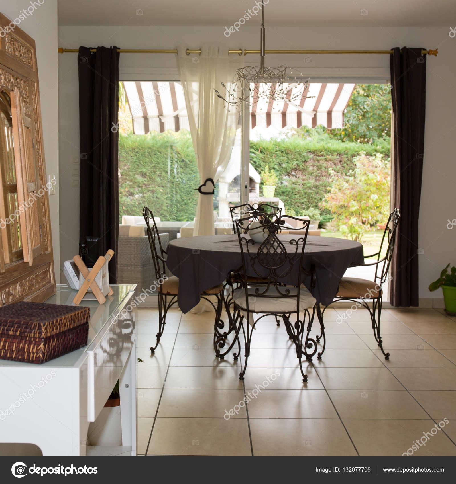 Moderno salotto con tavolo e sedie — Foto Stock © sylv1rob1 #132077706