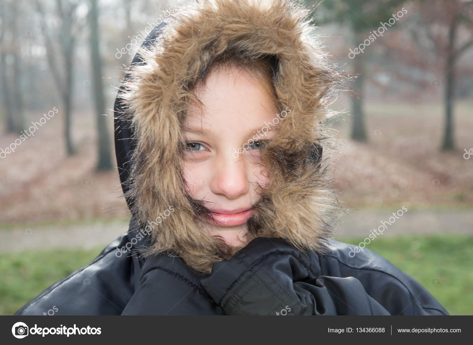 linda chica en invierno al aire libre con chaqueta negra eb1902e9072