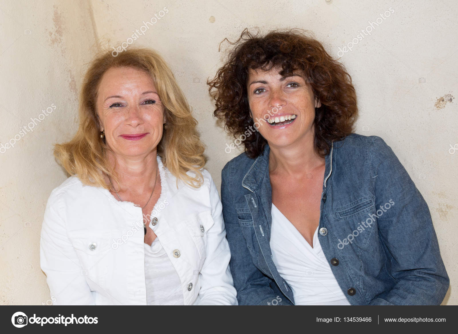 Blond och svart lesbisk
