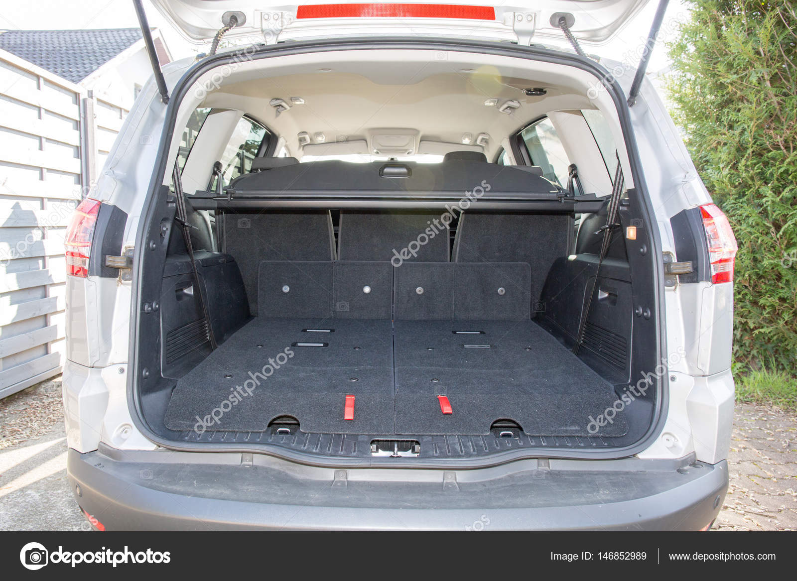 der r ckseite eines gro en sieben 7 sitzer autos mit. Black Bedroom Furniture Sets. Home Design Ideas