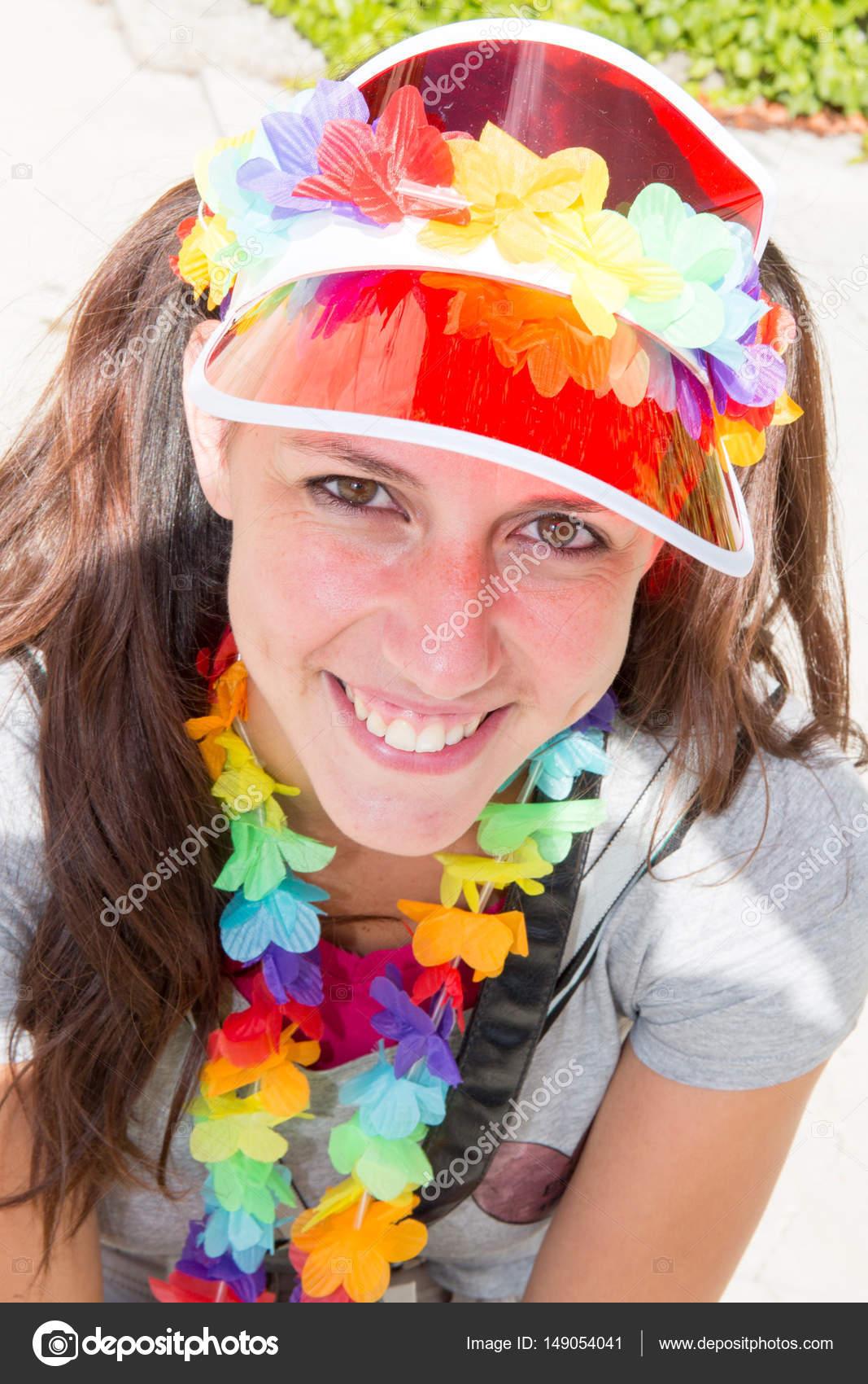 60e1fe2a212 Portrait d une belle femme brune avec une casquette et accessoires à la mode  colorée et fluorescents– images de stock libres de droits