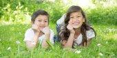 bratr a sestra jsou leží v trávě oba v zahradní rodina