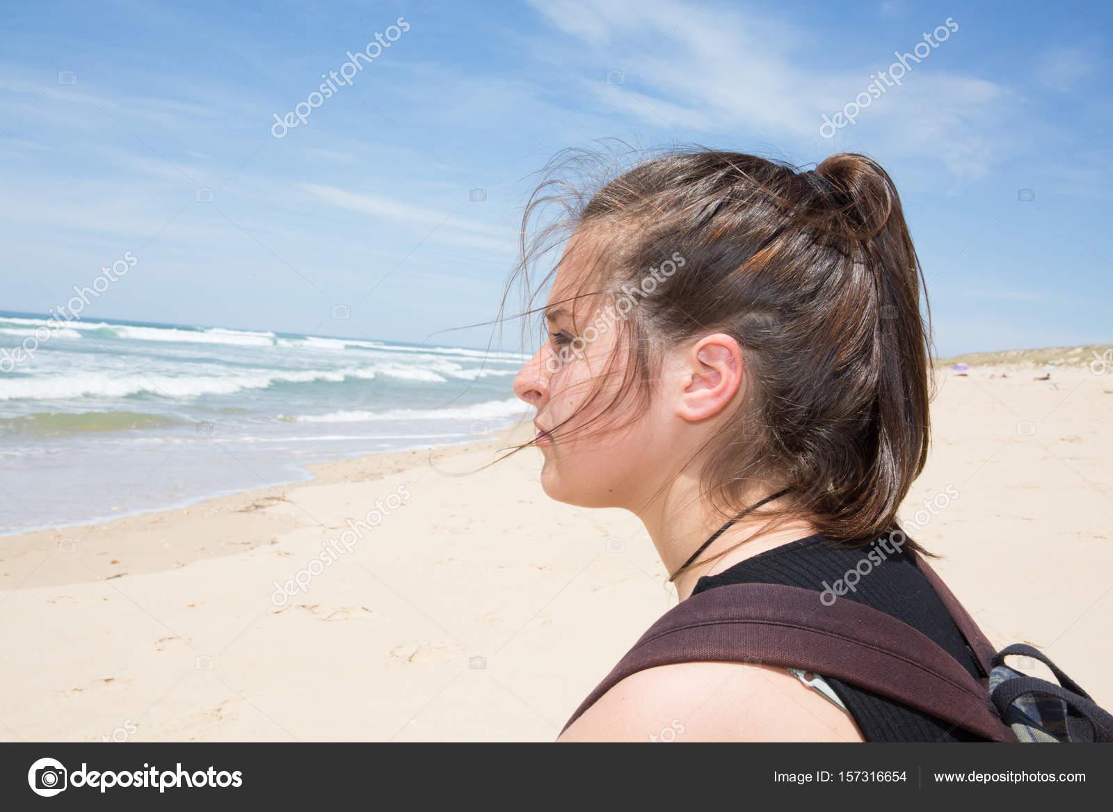Verão De Praia Bonita Garota Perfil Deprimido Stock Photo