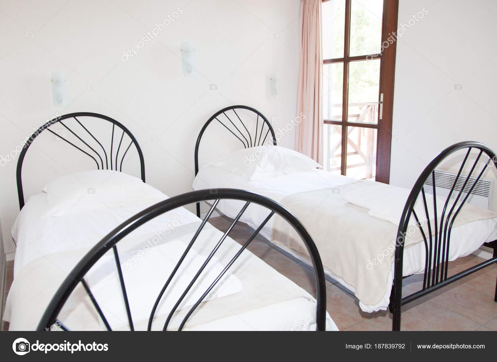 Einzelbett für kinder  Zwei Metall Einzelbett Für Kinder Hotel Resort Zimmer — Stockfoto ...
