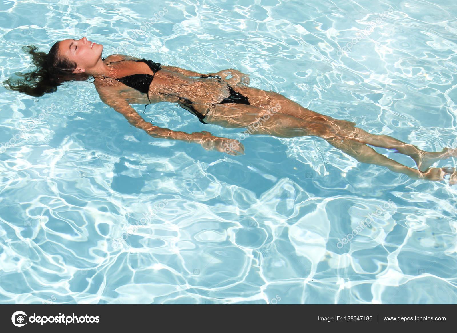565d33f31a75 Hermosa Mujer Joven Traje Baño Piscina Verano Espalda Natación — Fotos de  Stock